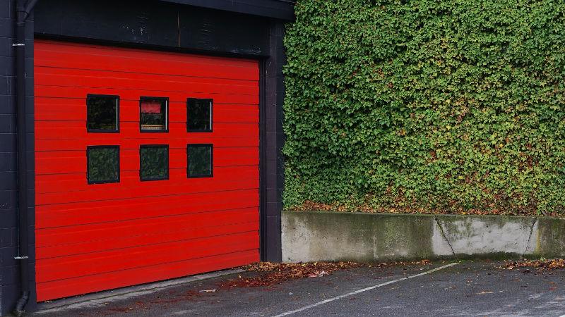 Porte de garage automatisée rouge et noire
