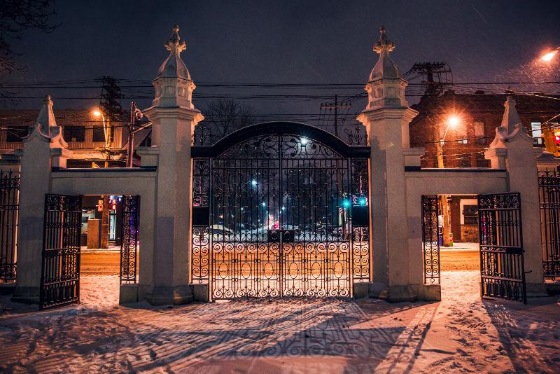 superbe portail en fer forgé dans un domaine